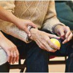 Jak usnadnit život stárnoucím příbuzným? Zkuste madla či dávkovače léků